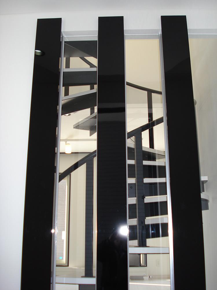 階段から玄関側を見下ろす