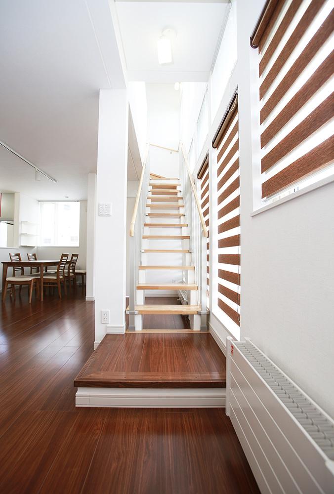 居間から階段を見る