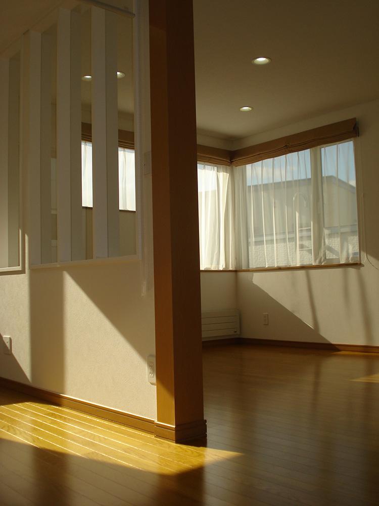 階段ホールから居間を見る